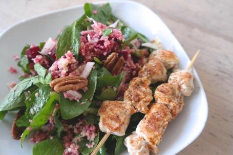 Couscous met spinazie, rode bietjes en kalkoenspiesjes