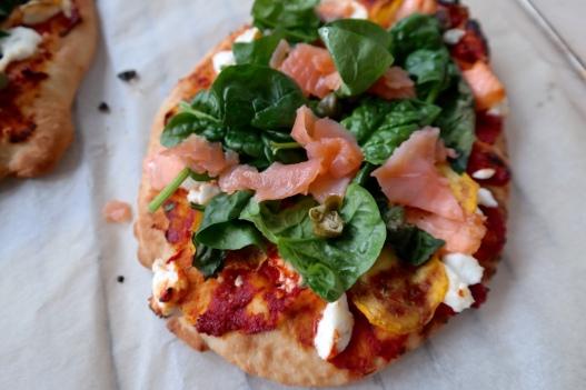 Naanpizza met gele courgette en zalm