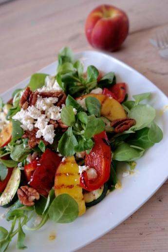 Salade met gegrilde perzik en feta