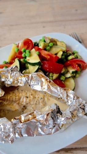 Vispakketje met groene groenten salade